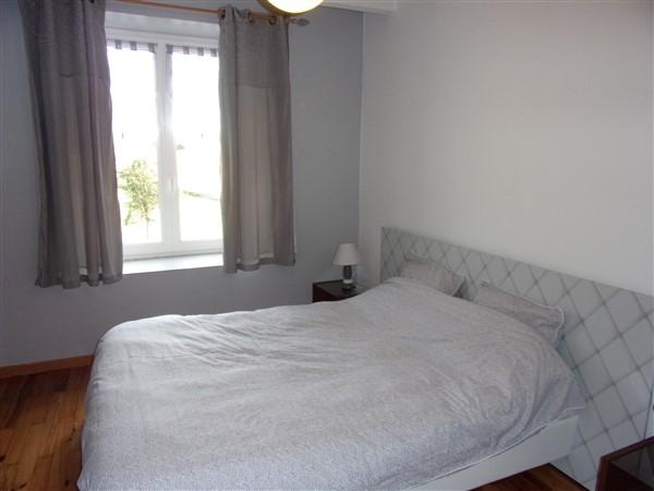 Chambre avec 1 lit double et armoire